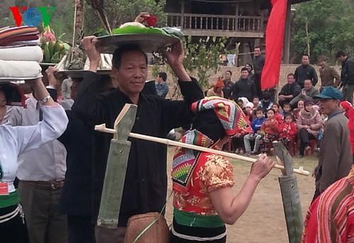 西北部の少数民族タイ族式のお酒の呑み方 - ảnh 2