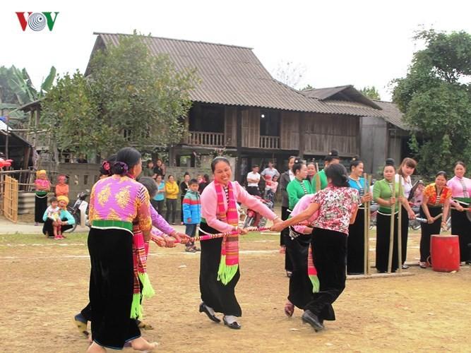 西北部の少数民族タイ族式のお酒の呑み方 - ảnh 1