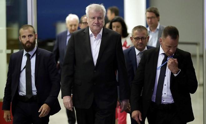 メルケル独首相、連立崩壊を回避 移民問題でCSU党首と合意 - ảnh 1