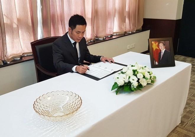 外国駐在ベトナム代表事務所、クアン主席の弔問式を行なう - ảnh 1