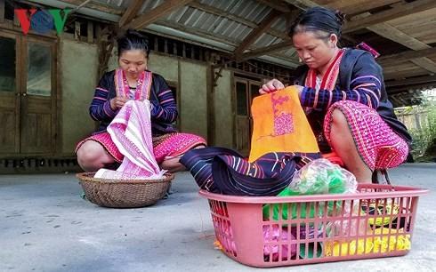 ソンラ省の色とりどりの少数民族衣装 - ảnh 3