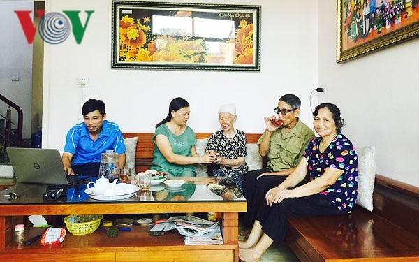 家族の伝統の維持と発揮における高齢者の役割 - ảnh 1