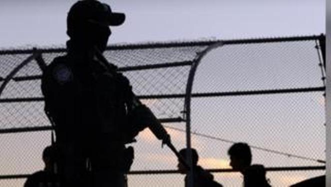 トランプ氏、メキシコ国境に最大1.5万人規模の軍部隊派遣も - ảnh 1
