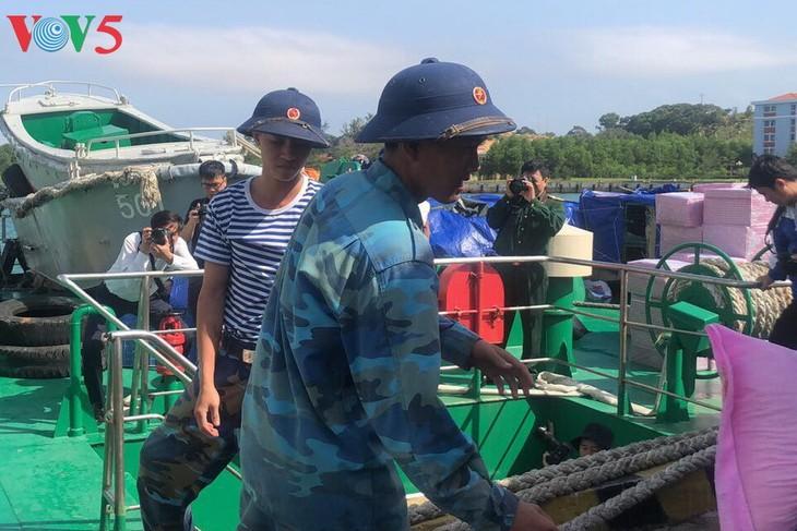 チュオンサ諸島にテト用品を運ぶ - ảnh 1