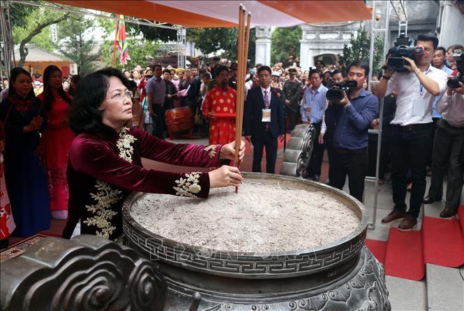 ティン国家副主席 2人の女性英雄チュン姉妹に線香を手向ける - ảnh 1