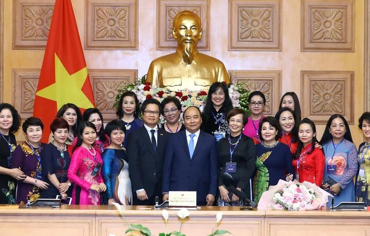 フック首相、代表的女性実業家と会合 - ảnh 1