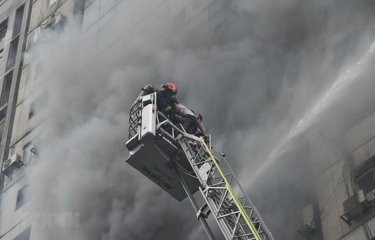 22階建てビルで火災 19人死亡 多数の不明者か バングラデシュ - ảnh 1