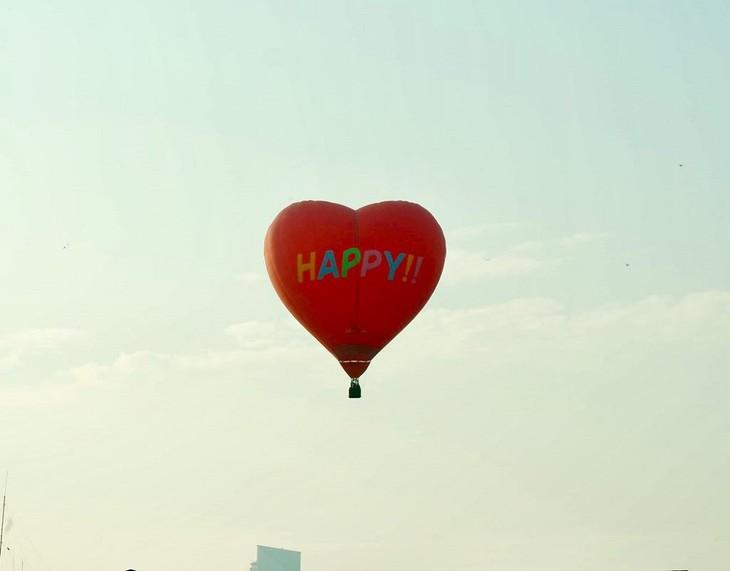 フエ市で軽気球披露会 - ảnh 1
