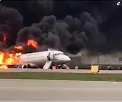 ロシア旅客機緊急着陸 雷に打たれ炎上か 13人死亡 - ảnh 1