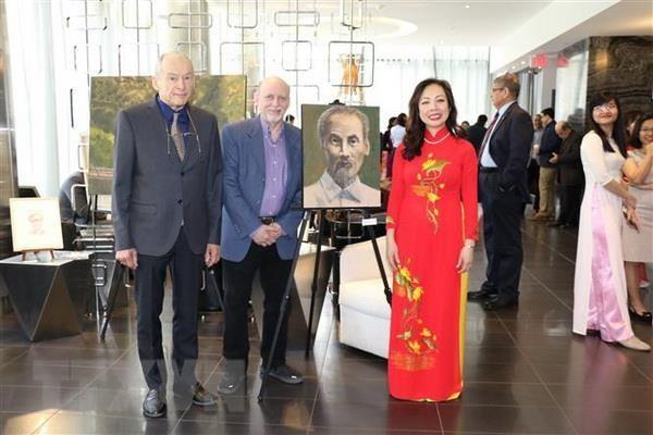 カナダ画家 ホーチミン主席に関する絵画展 開催 - ảnh 1