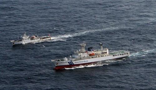 中国海警局の船 尖閣沖の接続水域から4隻のうち2隻が出る - ảnh 1