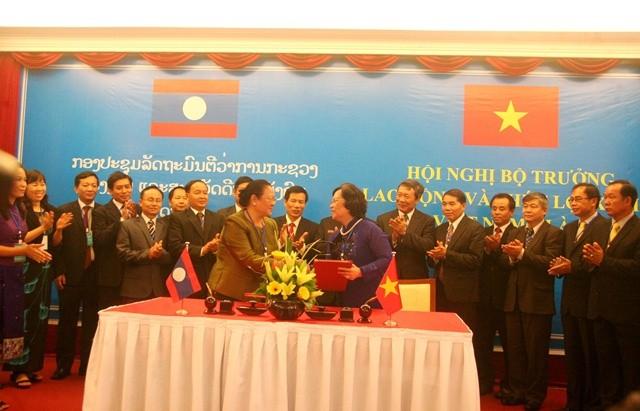 Menandatangai notulen Konferensi ke-3 Menteri Tenaga Kerja dan Kesejahteraan Sosial Vietnam –Laos . - ảnh 1