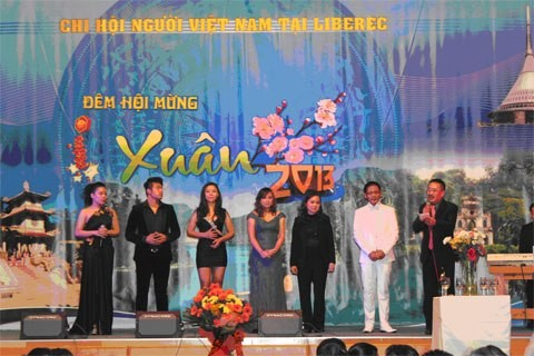 Tonggak  merah bersejarah bagi  komunitas orang Vietnam di Republik Czech - ảnh 1