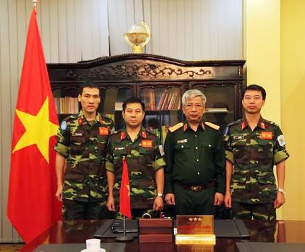 Pemimpin Kementerian Pertahanan Vietnam menugasi para perwira  berpartisikpasi pada pasuka penjaga perdamaian  PBB - ảnh 1