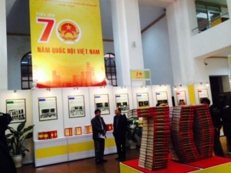 Memamerkan lebih dari 1000 benda tipikal tentang Majelis Nasional Vietnam. - ảnh 1