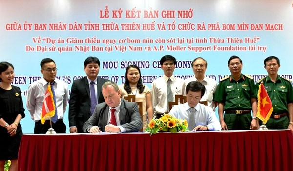 "Memberikan bantuan sebanyak 1,2 juta dolar AS untuk proyek:  ""Mengurangi bahaya bom dan ranjau yang tersisa di provinsi Thua Thien Hue"" - ảnh 1"