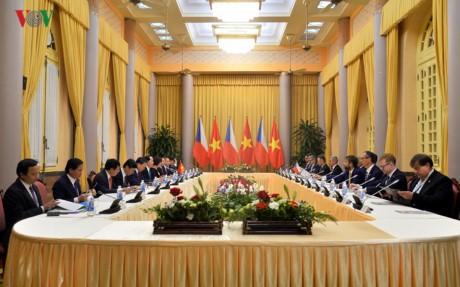 Presiden Republik Czech dan Istri mengakhiri dengan baik kunjungan kenegaraan di Vietnam - ảnh 1
