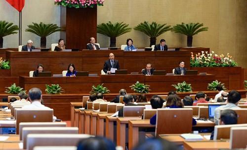 Para anggota MN  mempersiapkan  pendapat  sebelum acara interpelasi  terhadap para anggota Pemerintah - ảnh 1