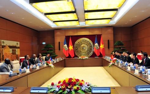 Memperkuat hubungan di banyak segi antara MN Vietnam dan Majelis Tinggi Republik Haiti - ảnh 1