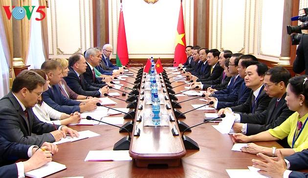Presiden Vietnam, Tran Dai Quang mengadakan pertemuan dengan Ketua Lembaga Anggota Parlemen dan PM Belarus - ảnh 1