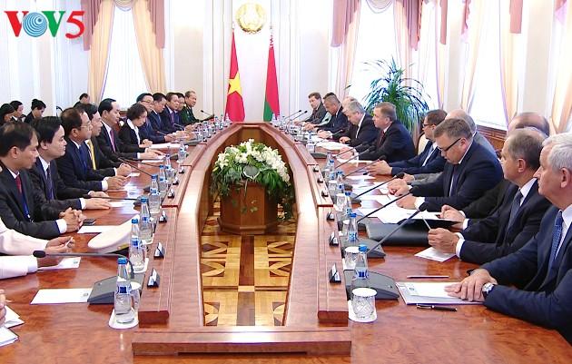 Presiden Vietnam, Tran Dai Quang mengadakan pertemuan dengan Ketua Lembaga Anggota Parlemen dan PM Belarus - ảnh 2