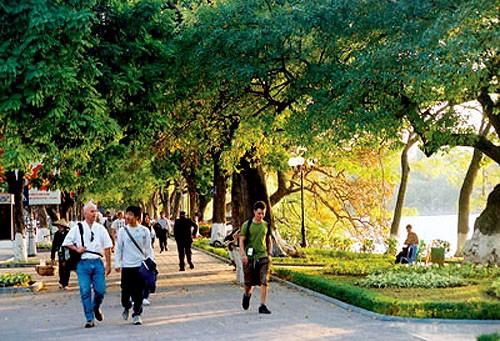 Kira-kira 12 juta  wisatawan  datang mengunjungi kota Hanoi dari awal tahun sampai sekarang - ảnh 1