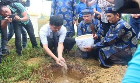 Upacara menerima  tanah suci dari kabupaten  pulau Truong Sa pada Dan Xa Tac - ảnh 1