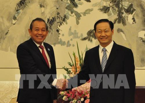 Deputi Harian PM Truong Hoa Binh menerima Sekretaris Komite Partai Zona Otonomi  Zhuang, Provinsi Guangxi - ảnh 1