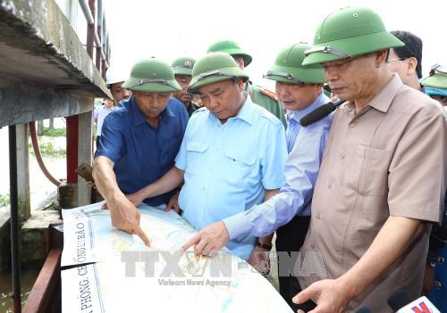 PM Vietnam, Nguyen Xuan Phuc melakukan inspeksi untuk mengatasi akibat hujan dan banjir di provinsi Ninh Binh - ảnh 1