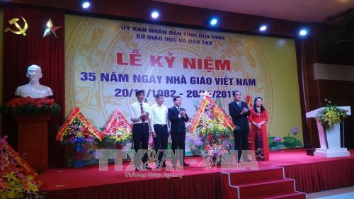 Banyak aktivitas memperingati Hari  Guru Vietnam 20/11 - ảnh 1