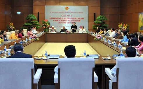 PM Vietnam Nguyen Xuan Phuc menemui  para anggota MN  yang adalah guru dan mantan guru - ảnh 1
