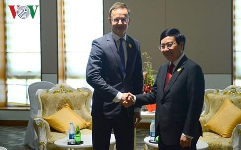 Deputi PM, Menlu Vietnam, Pham Binh Minh mengadakan  pertemuan bilateral dalam rangka Konferensi ke-13 Menlu ASEM - ảnh 2