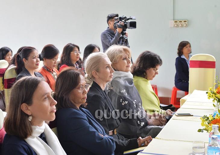 Delegasi anggota wanita MN dan berbagai organisasi diplomatik internasional  melakukan kunjungan kerja di Provinsi Hoa Binh - ảnh 1