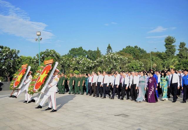 Aktivitas-aktivitas  yang bermakna   memperingati ultah ke-43 Hari pembebasan total Vietnam Selatan dan penyatuan Tanah Air  serta Hari Buruh Internasional  (1/5) - ảnh 1