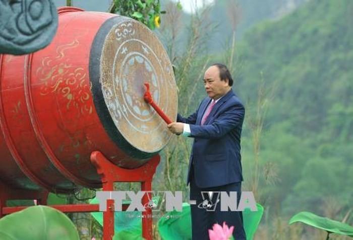 PM  Vietnam, Nguyen Xuan Phuc memukul genderang membuka Pesta Trang An tahun 2018 - ảnh 1