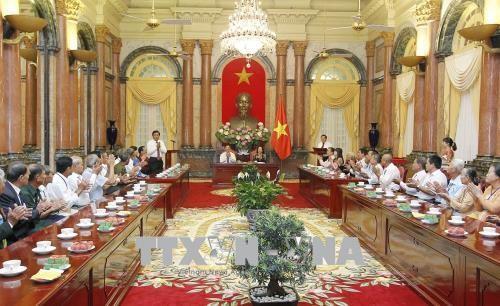 Wapres Viet Nam, Dang Thi Ngoc Thinh menerima delegasi orang-orang  yang berjasa dari Provinsi Vinh Long - ảnh 1