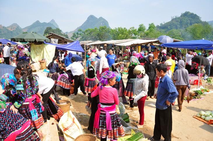 Pasar lama di bawah kaki gunung Hoang Lien Son - ảnh 1