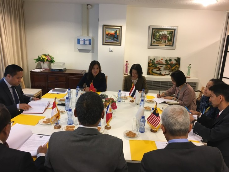 Memperkuat kerjasama antara Komite ASEAN di Den Haag dan daerah  setempat - ảnh 1