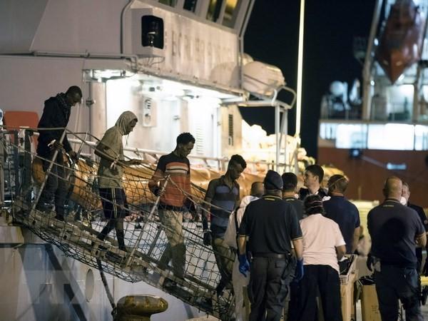Italia dengan gigih menolak menerima migran yang diselamatakan di laut - ảnh 1