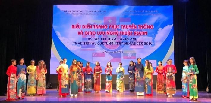 "Program : ""Pagelaran busana  tradisional dan  temu pergaulan kesenian ASEAN"" - ảnh 1"