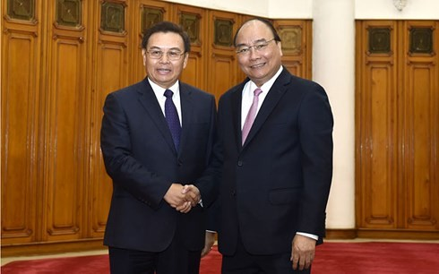 PM Viet Nam, Nguyen Xuan Phuc  menerima Ketua  Pengurus Besar Front Lao demi Pembangunan  Tanah Air, Saysomphone Phombihane. - ảnh 1