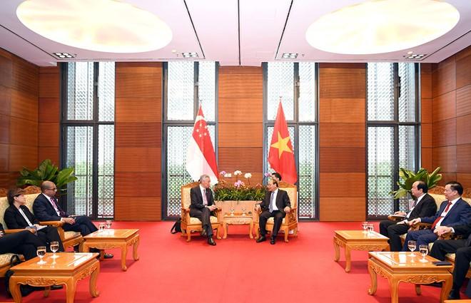 PM Nguyen Xuan Phuc  mengadakan pertemuan bilateral  dengan PM  Singapura, Li Hsien Loong - ảnh 1