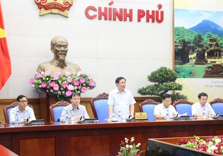 Deputi PM  Vuong Dinh Hue memimpin sidang  evaluasi untuk menilai pekerjaan penyelenggaraan harga dan pengontrolan  inflasi  selama 9 bulan tahun 2018 - ảnh 1