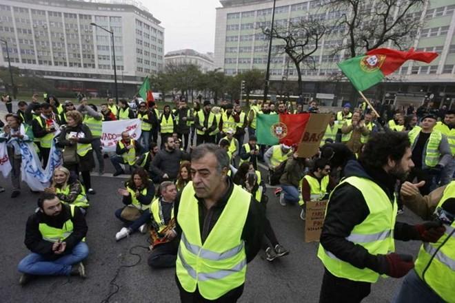 """Gelombang demonstrasi """"Rompi kuning"""" melanda  Inggris dan Portugal - ảnh 1"""