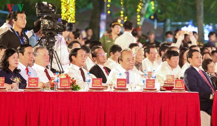 PM Viet Nam, Nguyen Xuan Phuc  menghadiri Festival Bunga Flamboyan Merah-Hai Phong-2019 - ảnh 1