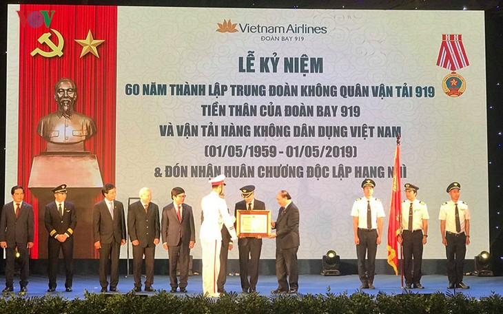 PM Viet Nam,  Nguyen Xuan Phuc menghadiri acara peringatan ultah ke-60 berdirinya Skuadron  Penerbangan 919 - ảnh 1