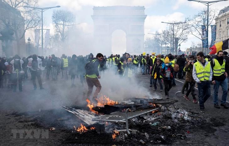 """Demonstrasi yang dilakukan oleh faksi """"Rompi kuning"""" di Perancis berubah menjadi  huru-hara - ảnh 1"""