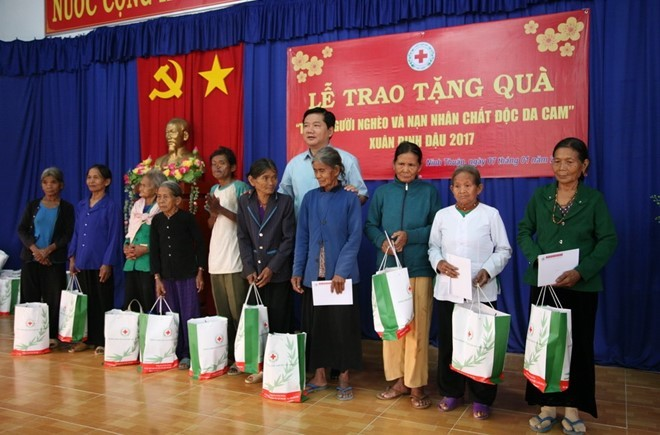Poor people and AO victims helped to enjoy Tet - ảnh 1