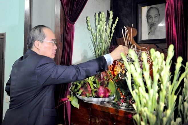 Party leader burns incense in memory of President Ho Chi Minh - ảnh 2