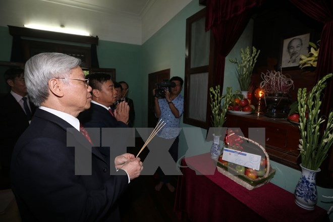 Party leader burns incense in memory of President Ho Chi Minh - ảnh 1